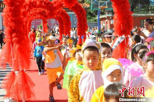 开学时学生要人物装扮走红毯。 学校提供