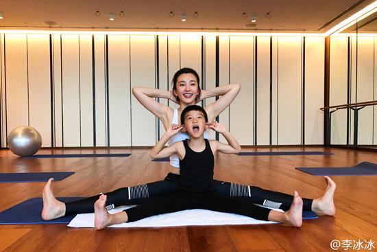 李冰冰与小外甥做瑜伽