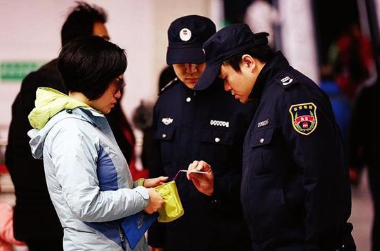 一位女士持无效票乘坐地铁被查处。 记者 陈飞波 实习生 郭政昊 摄