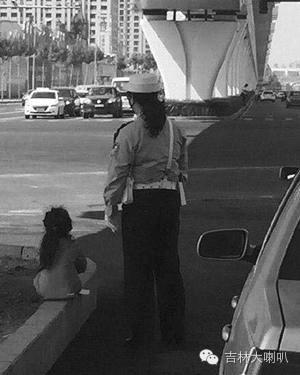 资料图片李向红带着女儿在路面执勤。
