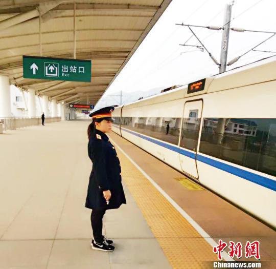 图为连玲在站台上接车。 陈国俊 摄