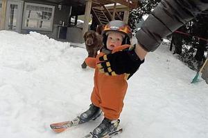 加14月大男童淡定完成滑雪挑战令人惊叹