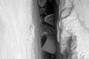 5岁男孩穿行不到20厘米墙缝 摔倒被卡住