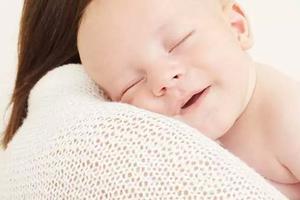 宝宝何时能竖着抱?新生儿的正确抱姿你知道吗