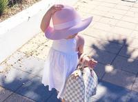 2岁女童时髦走红网络