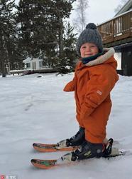 加拿大1岁男孩掌握滑雪技能
