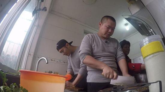 岳云鹏、黄晓明切菜