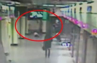 """监控显示,""""熊爸爸""""乘地铁只顾玩手机 弄丢了3个娃。图片来自看看新闻网。"""