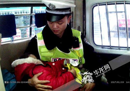 小朋友在警察叔叔怀里睡着了。南岸警方供图