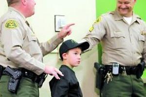 """4岁男童患语言障碍 报警救母亲被赞""""小英雄"""""""