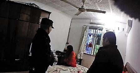 民警去小良(化名)家时,小良父母正在吵架,民警介入调解。沙区警方供图