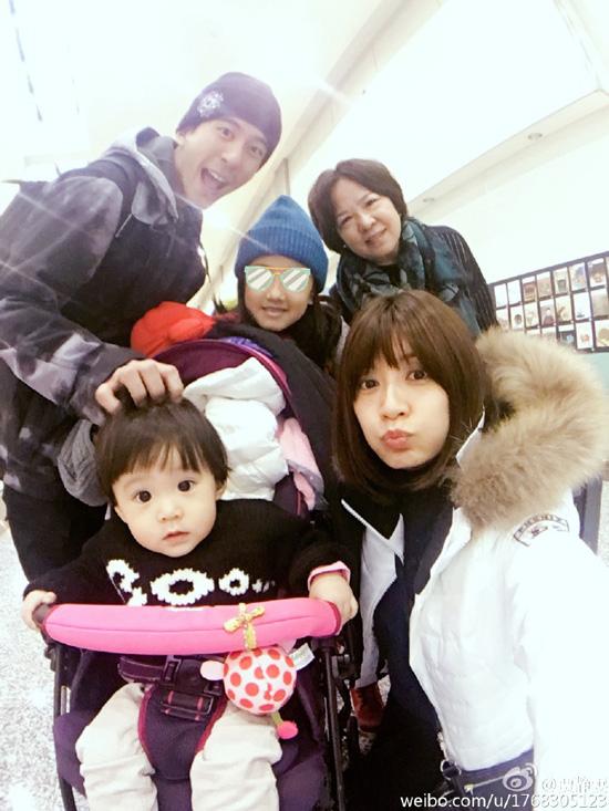 贾静雯怀孕7个月带家人滑雪