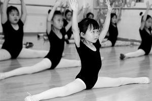 六岁前慎练舞蹈 下腰、劈叉、倒立等最易伤脊椎