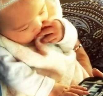 周杰伦女儿弹琴照