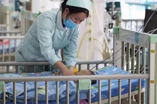 ▲2月15日,湖南省儿童医院,得了捂热综合症的小飞仍在救治中。图 记者金林