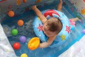婴儿游泳将2个月大的宝宝送进了重症监护室,你还敢盲目跟风吗?