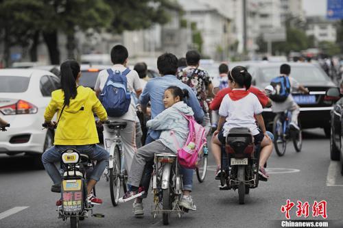 资料图:2016年9月1日,北京中小学开学首日遇上早高峰,造成学校周边道路拥堵。