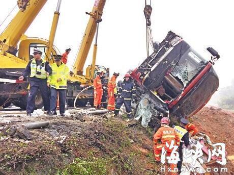 事故客车被吊起