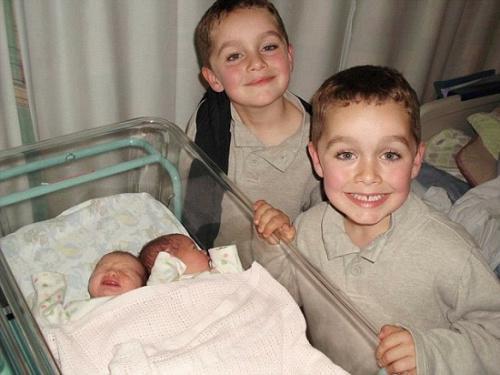 双胞胎儿子6岁时,艾玛生下了双胞胎女儿。