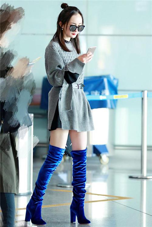 灰色oversize毛衣+水蓝长靴