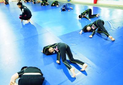 正式训练前,学员们要先进行抻拉肢体热身