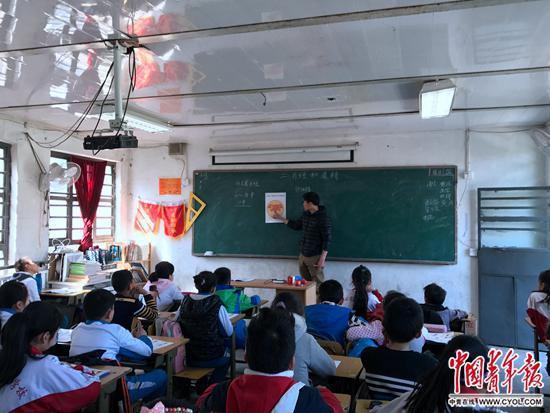 """同心实验学校卢新晨老师正在性教育课上为学生教授""""月经和遗精""""的章节。中国青年报·中青在线记者 程盟超/摄"""