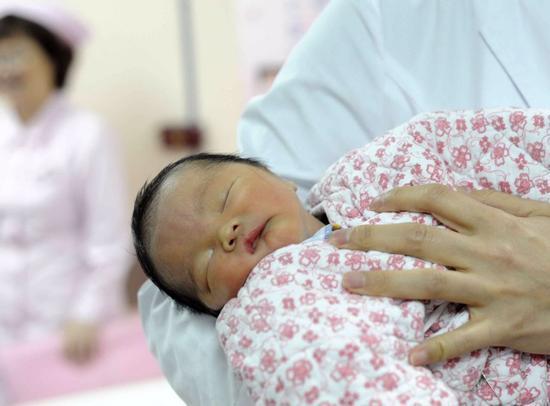 2017年3月16日,广州妈妈冷冻胚胎18年后,成功生下二胎宝宝。