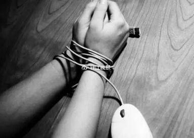 惩罚弟弟偷烟 绳子绕颈捆绑3小时