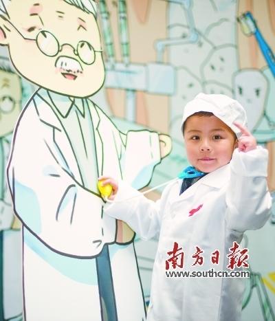 爱牙公益活动现场,小朋友当小牙医,拉近与医生的距离。记者张梓望 摄