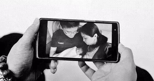 ▲家人只能靠手机照片回忆孩子的笑容