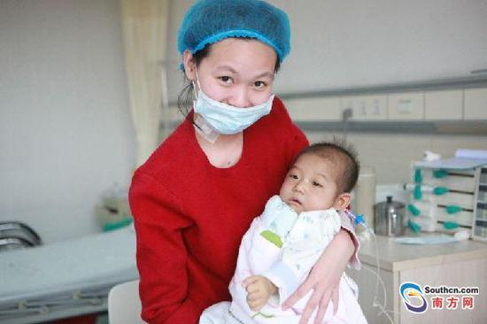 术后顺利康复的母子俩。南方日报记者 李细华摄