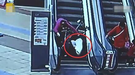 家长推婴儿车上商场扶梯