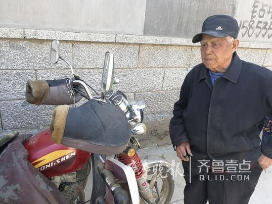 孩子失踪后,爷爷骑着这辆三轮到处找孩子 本报记者钟建军摄