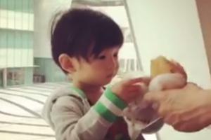 """隋棠儿子吃面包画面可爱 搭讪女子喊""""姐姐"""""""