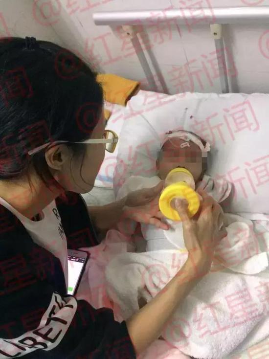 志愿者在照顾被咬伤的男婴