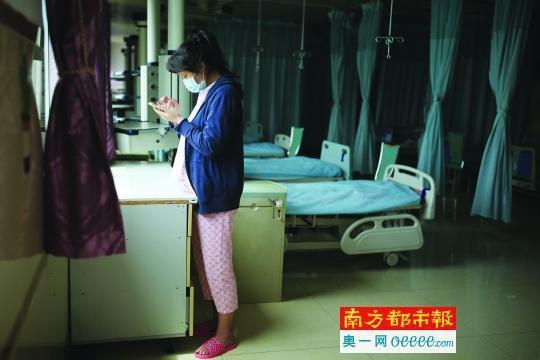 生下早产儿后,这位代孕妈妈没有及时拿到费用,表示很后悔代孕。南都记者 张志韬 摄