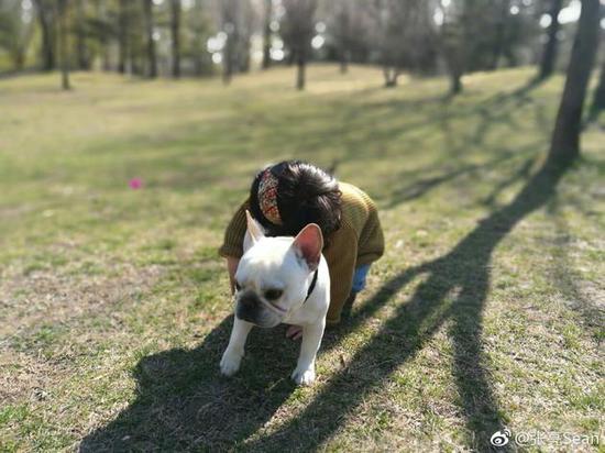天天妹妹抱小狗