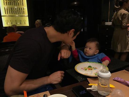张梓琳老公和女儿甜蜜互喂