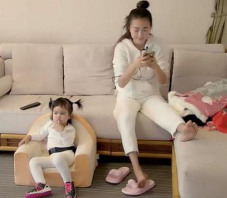 包文婧把女儿晾在一边 (来源:网络)