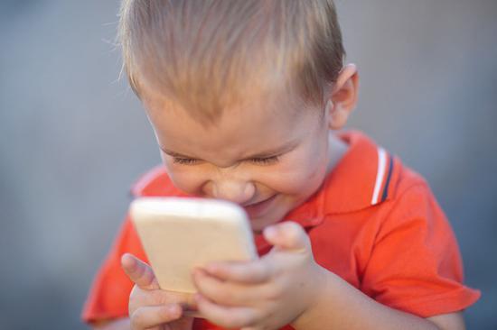 孩子成了手机控