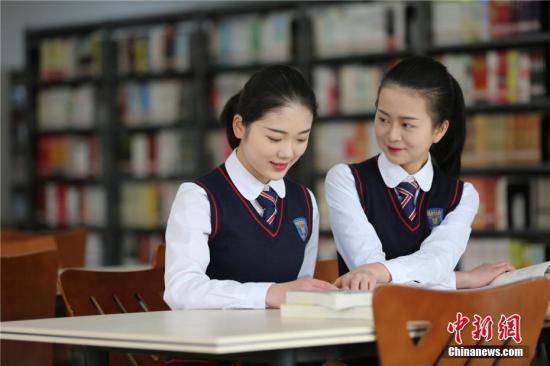 资料图:四川西南航空职业学院的两名准空姐突发奇想,用化妆的方式体验女性的一生。毛成山 摄