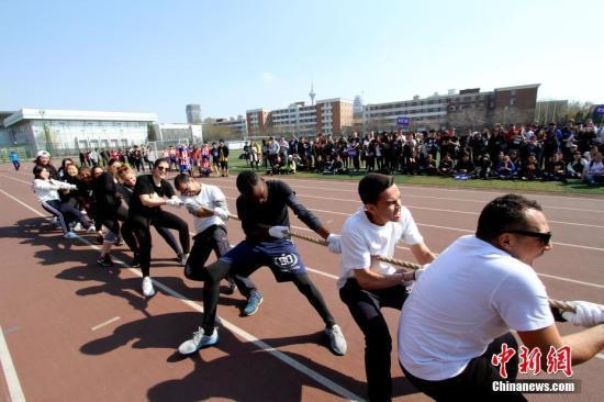 """资料图:3月31日,天津,南开大学体育场上一片欢声笑语,来自40余国的600多名留学生进行一场""""别样""""的运动会,独具""""中国味""""的比赛项目让他们全情投入。中新社记者 张道正 摄"""
