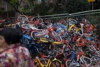 各种色彩的单车堆积