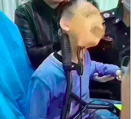 车柄插入孩子的脖子