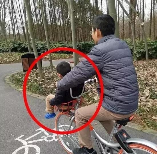 自行车道上发生的一幕