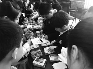 小人书进入小学校园,吸引孩子们好奇的目光 ■学校供图