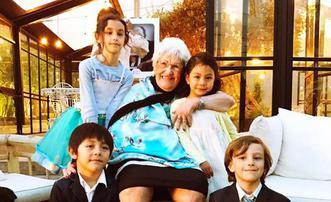 诺一霓娜给100岁的姥姥庆生