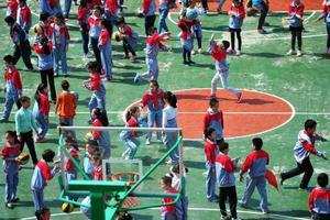 武汉最大小学超载1300余人 入厕要看安排表