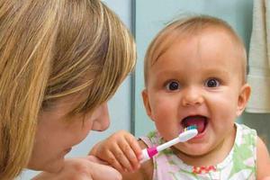 """宝宝第一次开始""""刷牙""""的时间"""