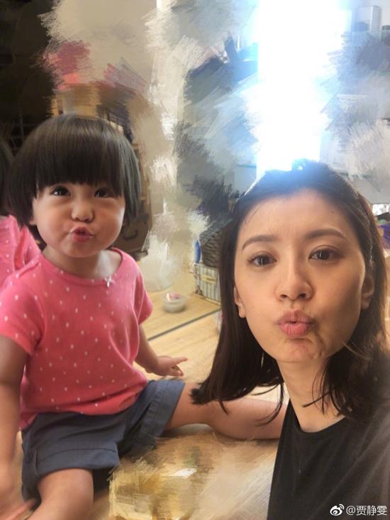 贾静雯与女儿合影